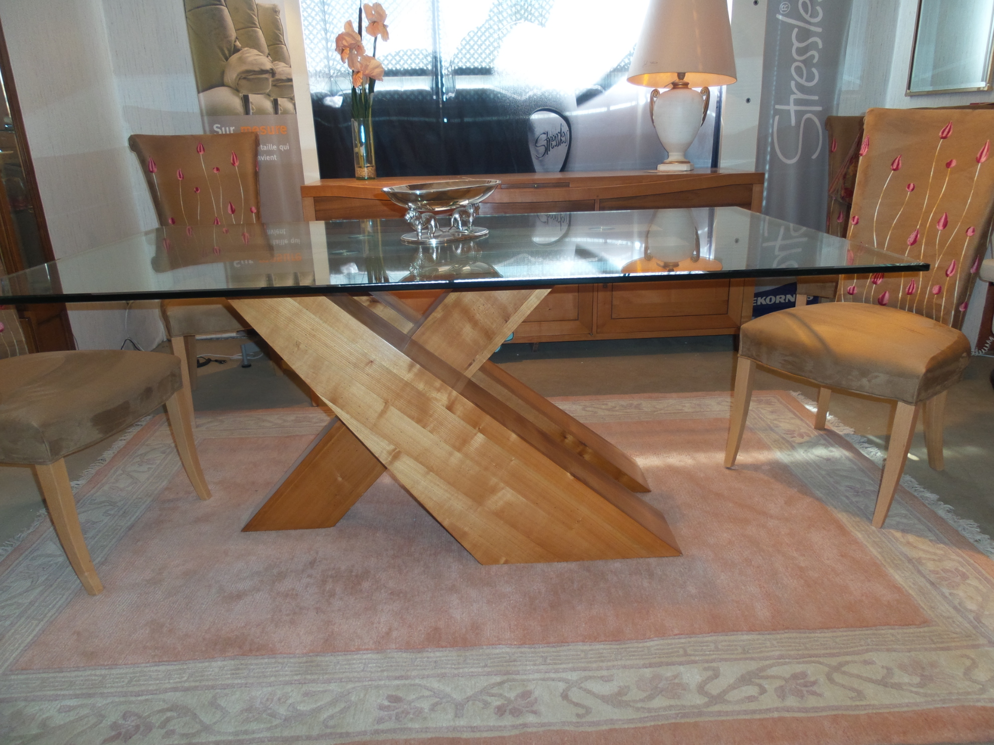 salle manger contemporaine pied x en bois merisier massif et dessus verre biseaut. Black Bedroom Furniture Sets. Home Design Ideas